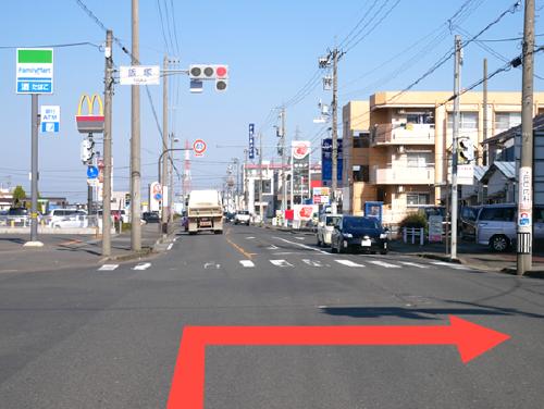 「飯塚」の交差点を右に曲がります。