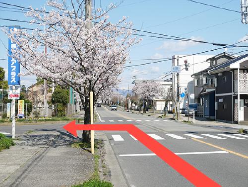 「東安居小」の交差点を左に曲がります。