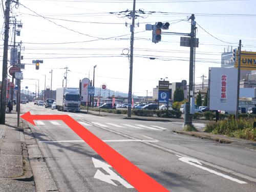 「西学園・飯塚」の交差点を左に曲がります。